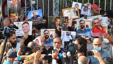 وقفة تحذيرية لأهالي ضحايا المرفأ أمام النيابة العامّة التمييزية (تصوير حسام شبارو).