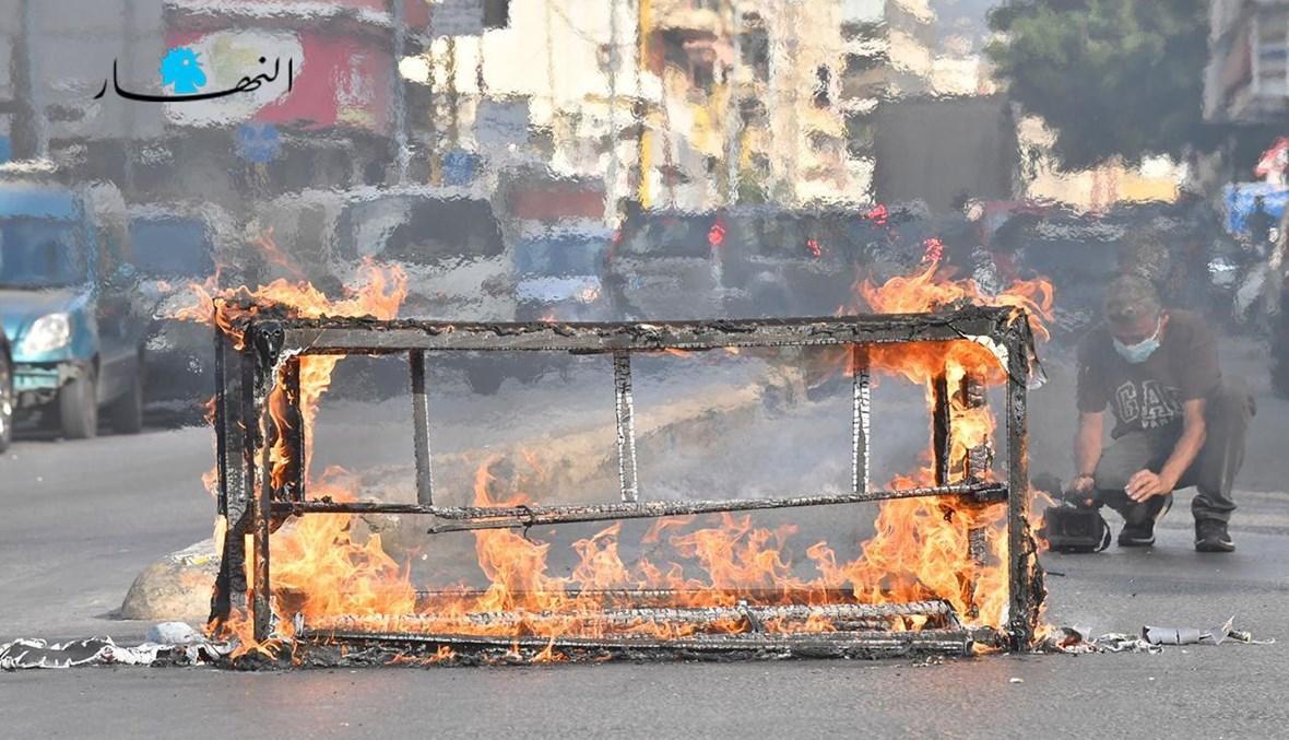 قطع الطريق أمام قصر العدل من قبل أهالي الشهداء (تعبيرية - تصوير حسام شبارو).