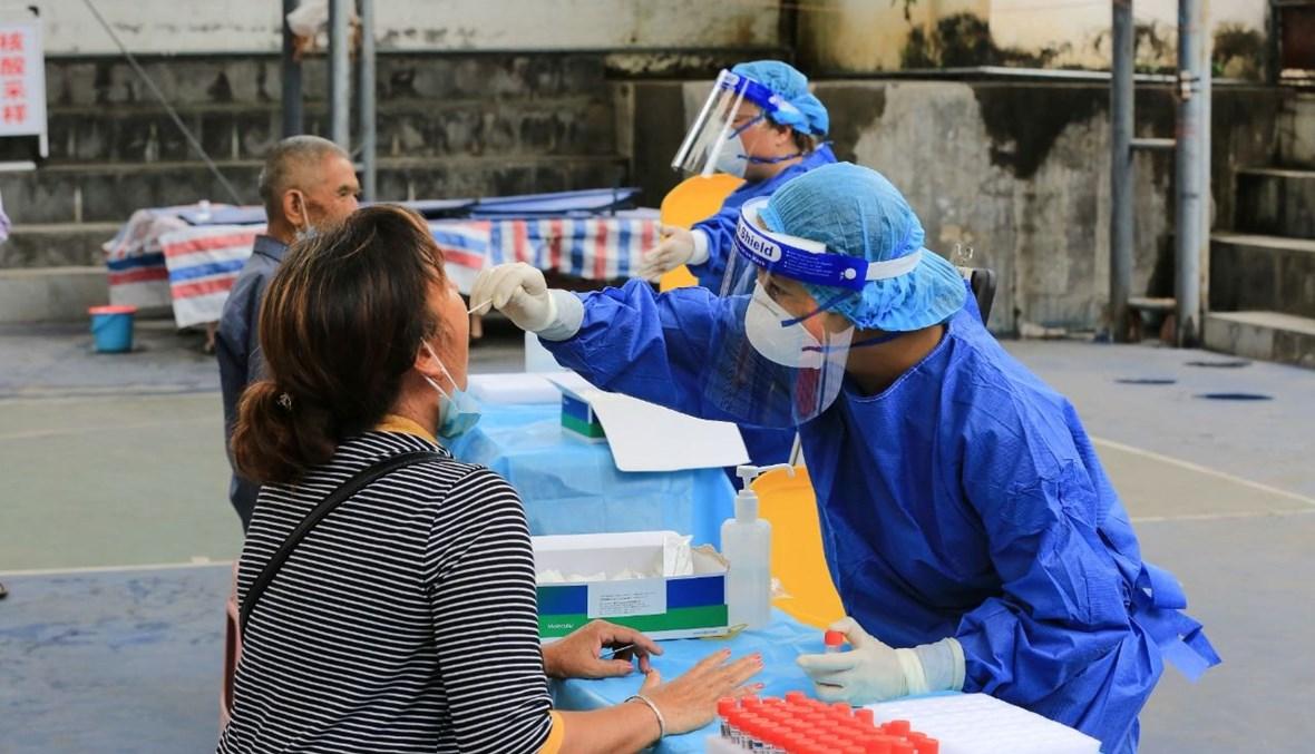 امرأة تخضع لاختبار كشف كورونا في مانغشي في مقاطعة يونان جنوب غرب الصين (9 تموز 2021، أ ف ب).