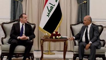الرئيس صالح مستقبلا ماكغورك في بغداد (15 تموز 2021، أ ف ب).