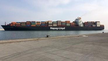 سفينة ضخمة ترسو في مرفأ طرابلس.