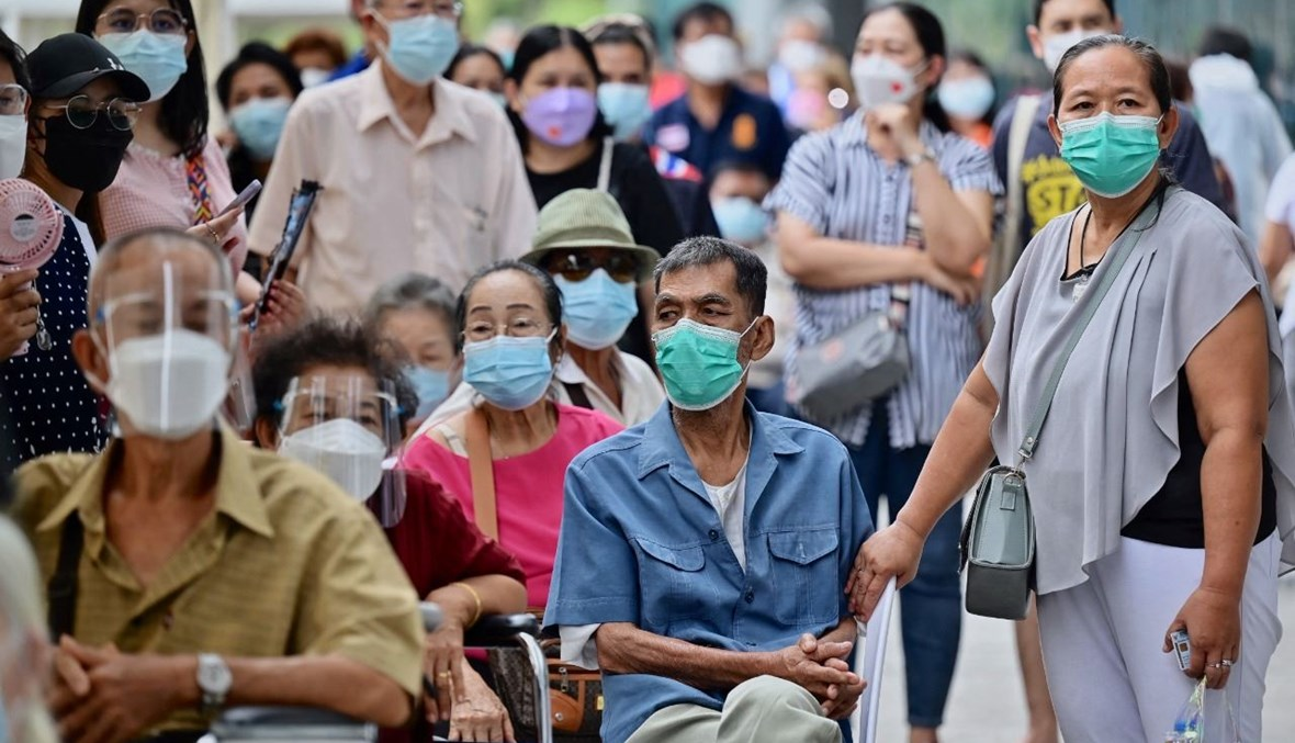 مسنون ينتظرون للحصول على لقاحات كورونا في محطة بانغ سو للقطارات في بانكوك (22 تموز 2021، أ ف ب).
