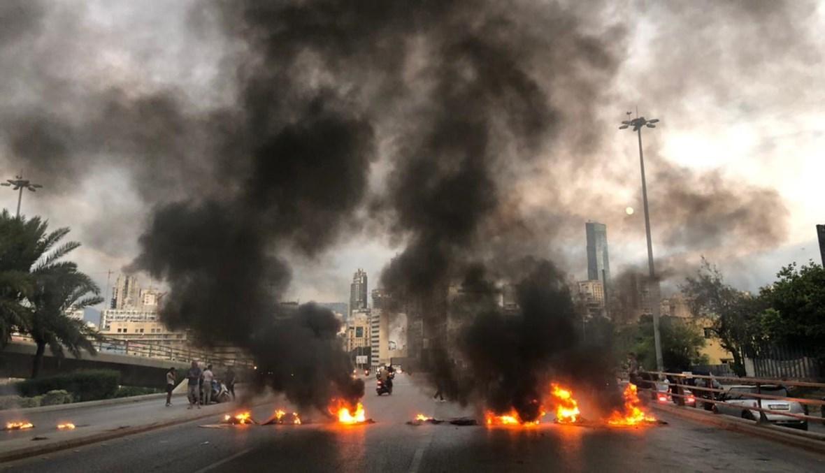 إطفاء المولّدات يُعيد الإطارات المشتعلة إلى جسر الرينغ (نبيل إسماعيل).