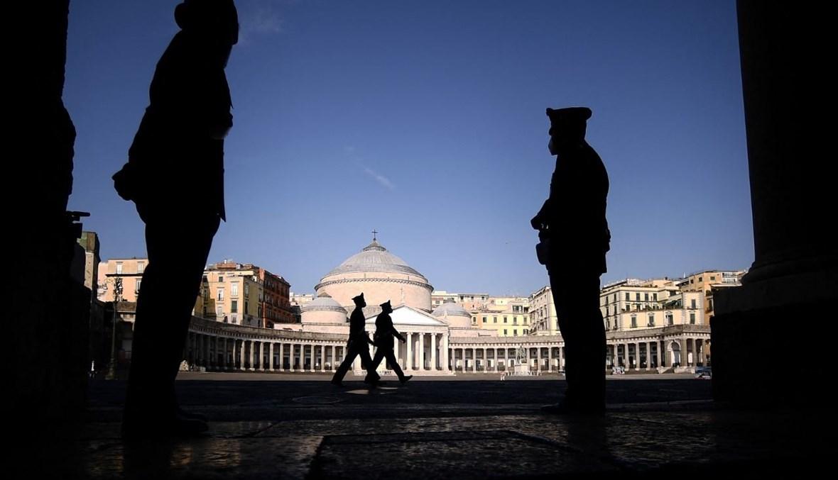 عناصر من الشرطة الايطالية تأهبوا امام قصر ريال في نابولي حيث تنعقد قمة مجموعة العشرين للمناخ والطاقة (22 تموز 2021، ا ف ب).