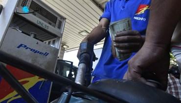 """تعبئة البنزين (تعبيرية- """"النهار"""")."""