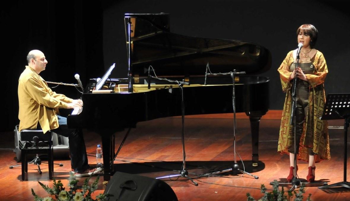 الفنانة القديرة أميمة الخليل تغني في إحدى حفلاتها الموسيقية.