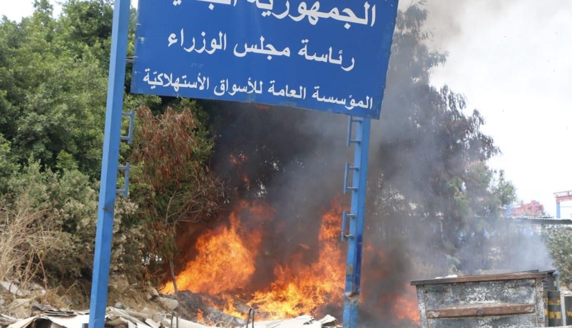 حريق عند مدخل مرفأ بيروت (حسن عسل).