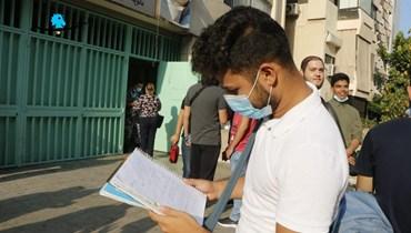 طالب ثانوي في الامتحانات الرسمية (تصوير حسن عسل).