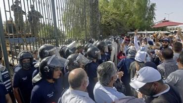 مواجهات أمام البرلمان في تونس بعد قرار سعيد تجميد أعماله: الجيش يمنع الغنوشي من دخول المبنى