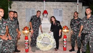 """إلهام شاهين تزور النصب التذكاري لضحايا انفجار المرفأ: """"لن ننسى هذا التاريخ المؤلم"""" (صور وفيديو)"""