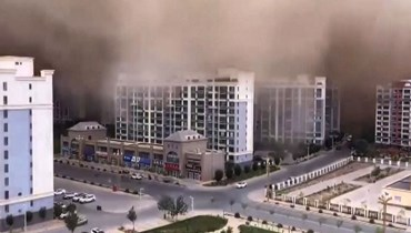 عاصفة رملية تبتلع مدينة صينية... الأبنية اختفت والسماء تحوّلت برتقالية (فيديو)