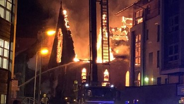 بغضون نصف ساعة.... نيران هائلة تُدمّر كنيسة تاريخية في قلب غلاسكو! (فيديو)