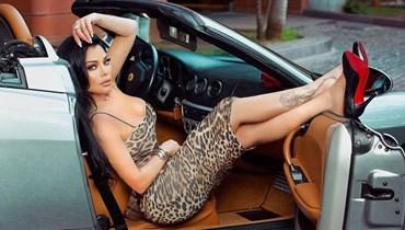 هيفاء وهبي بإطلالة لافتة بنقشة النمر في سيارة فرّاري  (صور)