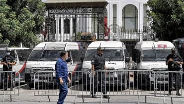 عناصر من قوات الأمن التونسية وقفوا خارج مقر البرلمان في باردو في تونس العاصمة (31 تموز 2021، أ ف ب).