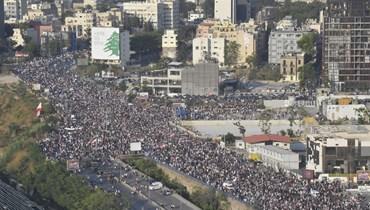 الحشود بين جسر شارل حلو وساحة الشهداء (نبيل إسماعيل).