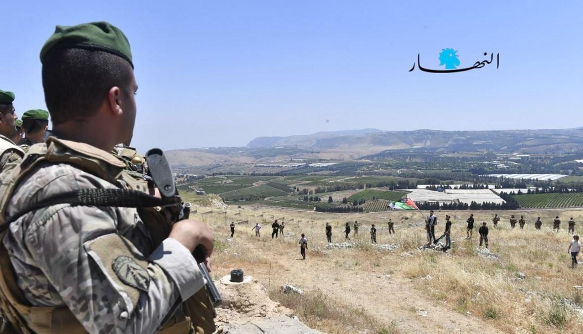 جندي لبناني يُراقب الحدود اللبنانية الجنوبية أثناء تظاهرة داعمة لفلسطين (15 أيار 2021- تصوير حسام شبارو).