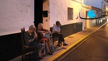 سكان قرية ألغار جالسون أمام منازلهم.