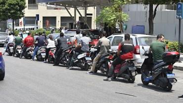 """انتظار المواطنين بطوابير الذل لتعبئة البنزين (""""النهار"""")."""