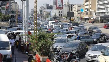 طوابير الذلّ أمام محطات الوقود (تصوير نبيل اسماعيل).