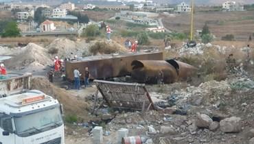 عمليات مسح مكان الانفجار في التليل العكارية.