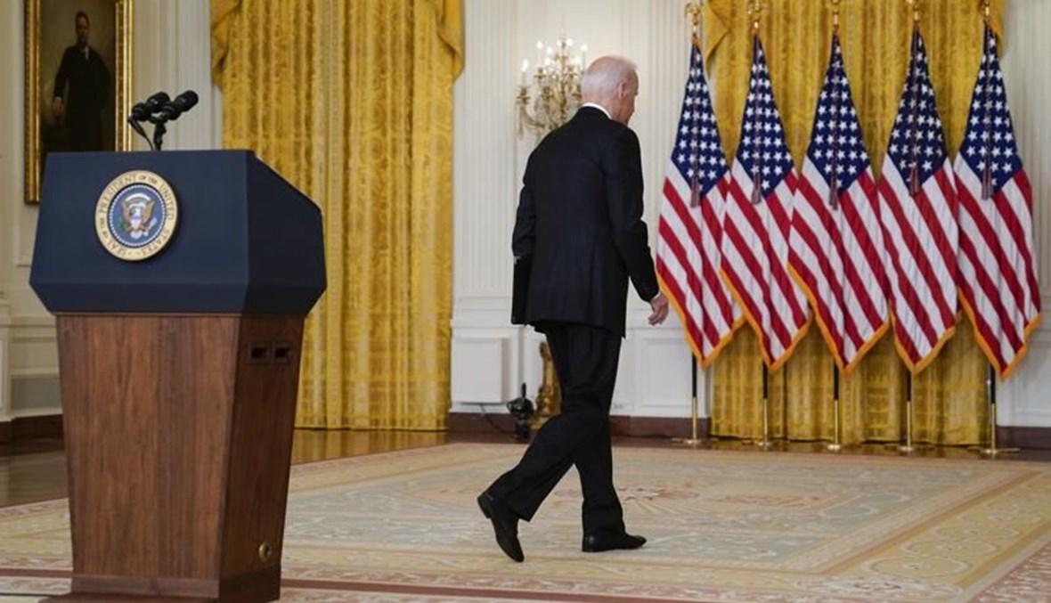 الرئيس الأميركي جو بايدن مغادراً المنصة بعد خطابه (أ ف ب).