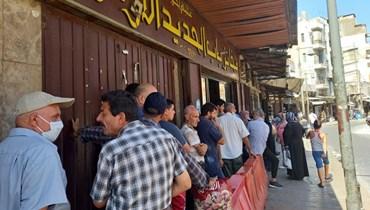 طوابير في طرابلس تنوء بالفقر والذل... يقفون ساعات لتوفير 1000 ليرة من ثمن ربطة الخبز!