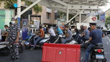 مواطنون ينتظرون دورهم أمام محطة محروقات.