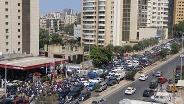 طوابير سيارات أمام محطة للبنزين في بيروت!