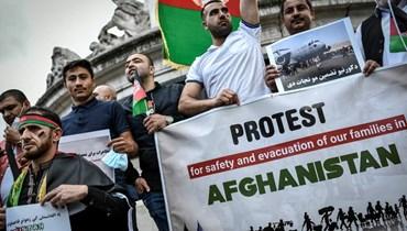 متظاهرون رفعوا لافتات في ساحة الجمهورية في باريس، خلال مسيرة لدعم أفغانستان بعد استيلاء طالبان عليها (22 آب 2021، أ ف ب).