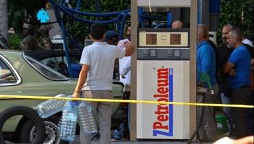 تعبئة البنزين بالغالونات (تعبيرية- حسام شبارو).
