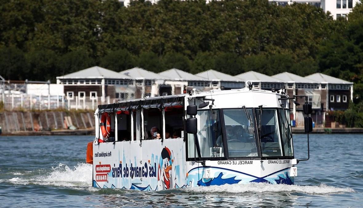 حافلات برمائية تُبهر السائحين في نهر السين.