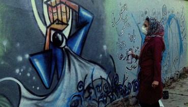 من بيروت إلى كابول حيث تُجرُّ المدن كالنساء إلى حكم الملالي وفراش الاغتصاب... الرسّامة الأفغانيّة شمسيّة حسّاني تحمل في يدها شمعةَ تمرّد وتعزف لحن الحرّيّة