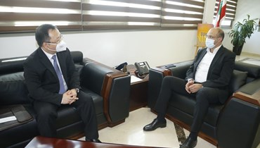 الوزير حمد حسن والسفير الصيني تشيان مينجيان.