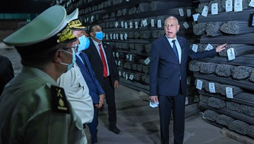 سعيد يتفقد أطنانا من الحديد المخزن بغرض المضاربة، في منطقة بئر مشارقة في ولاية زغوان (28 آب 2021ـ رئاسة الجمهورية التونسية).