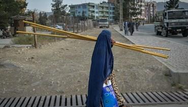 أفغانية في أحد شوارع كابول أمس (أ ف ب).