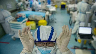 ممرضة في قسم الطوارئ في أحد مستشفيات ووهان (أ ف ب).