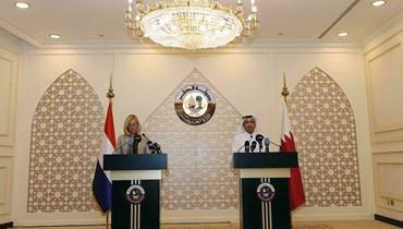 وزيرا خارجية قطر وهولندا في مؤتمر صحافي مشترك في الدوحة (أ ف ب).