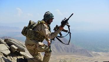 """عنصر من """"حركة المقاومة الأفغانية"""" في منطقة عنابة بإقليم بنجشير (أ ف ب)."""