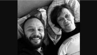 الممثل مكسيم خليل ووالدته الراحلة.