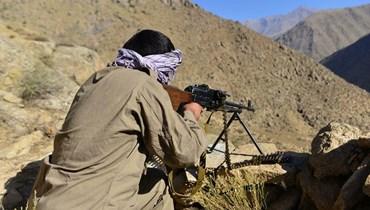 """عنصر من المقاومة المناهضة لـ""""طالبان"""" أثناء تدريبات في ولاية بانشير (أ ف ب)."""