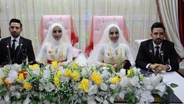 التوائم خلال حفل زفافهم