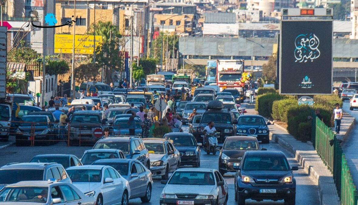 """طوابير السيارات لا تنتهي، المشهد من طريق المطار نحو محطة """"الأيتام"""" (نبيل اسماعيل)."""