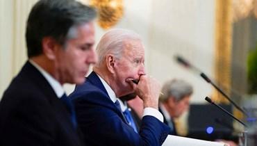 """الرئيس الأميركي جو بايدن وعن يمينه وزير الخارجية أنتوني بلينكن. تساؤلات كثيرة عن آلية صناعة القرار التي يعتمدها بايدن وفريقه السياسي. - """"أ ب"""""""