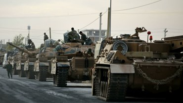 أرتال من الدبابات التركية متوقفة قرب قرية أقجة قلعة التركية على الحدود مع سوريا (أ ف ب).