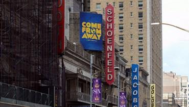 """لافتة تحمل اسم مسرحية """"آتٍ من بعيد"""" (Come From Away) عند مدخل برودواي (أ ف ب)."""