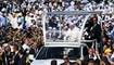 البابا فرنسيس لدى وصوله للاحتفال بقداس في بودابست (12 أيلول 2021، أ ف ب).