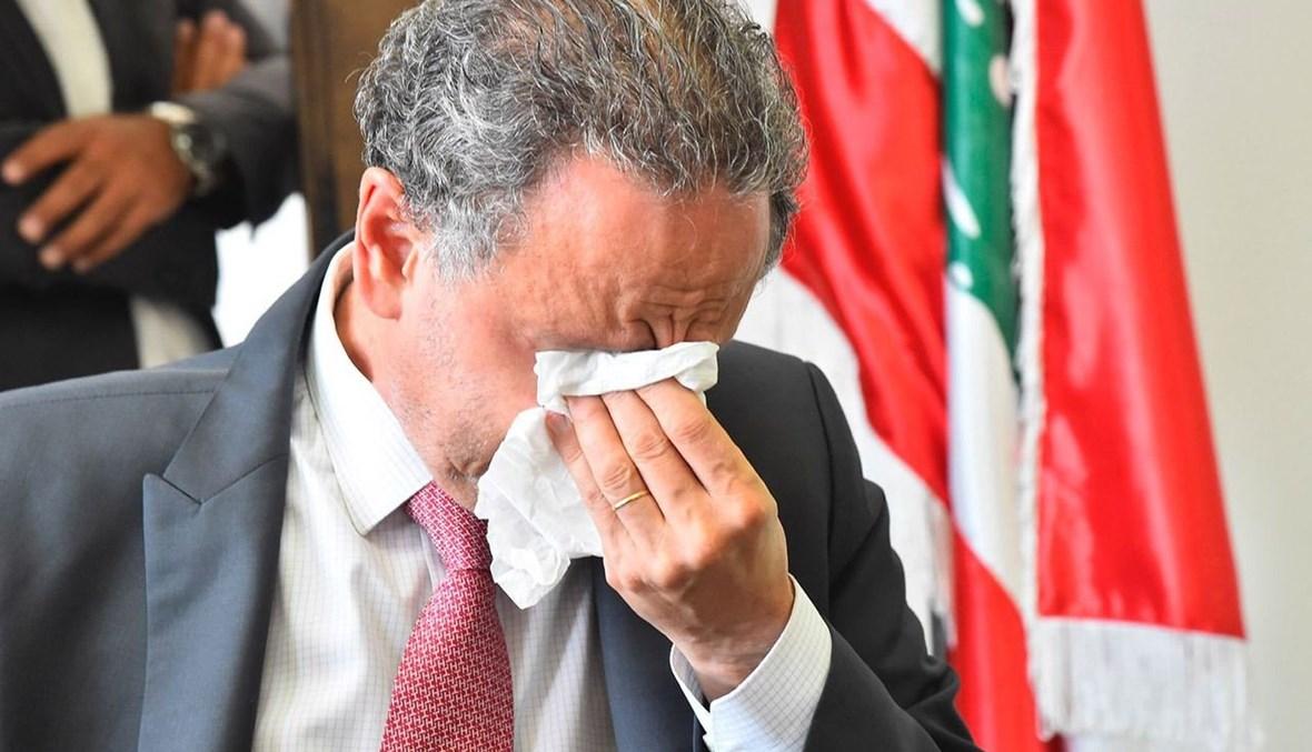 وزير الاقتصاد السابق راوول نعمة ينهار بكاءً خلال تسليم الوزير الجديد أمين سلام (حسام شبارو).