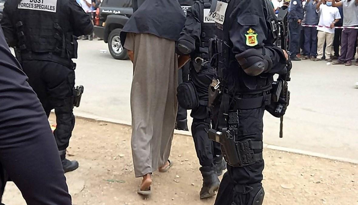 الشرطة المغربية واحد الموقوفين (ا ف ب)