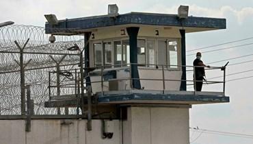 رجل أمن إسرائيلي يقوم بأعمال المراقبة عند برج للمراقبة تابع لسجن جلبوع (أ ف ب).