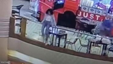 لقطة من كاميرات المراقبة في المركز التجاري في القاهرة.